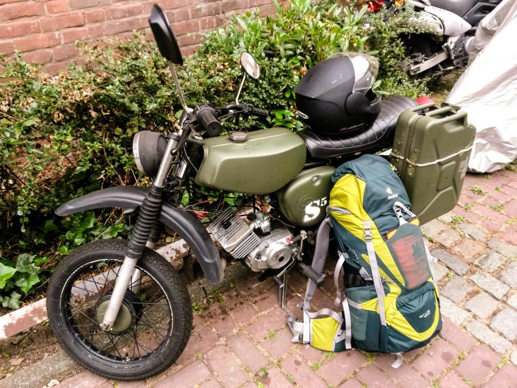 Simson S51 Roadtrip Mopedtour olivgrün mit Rucksack