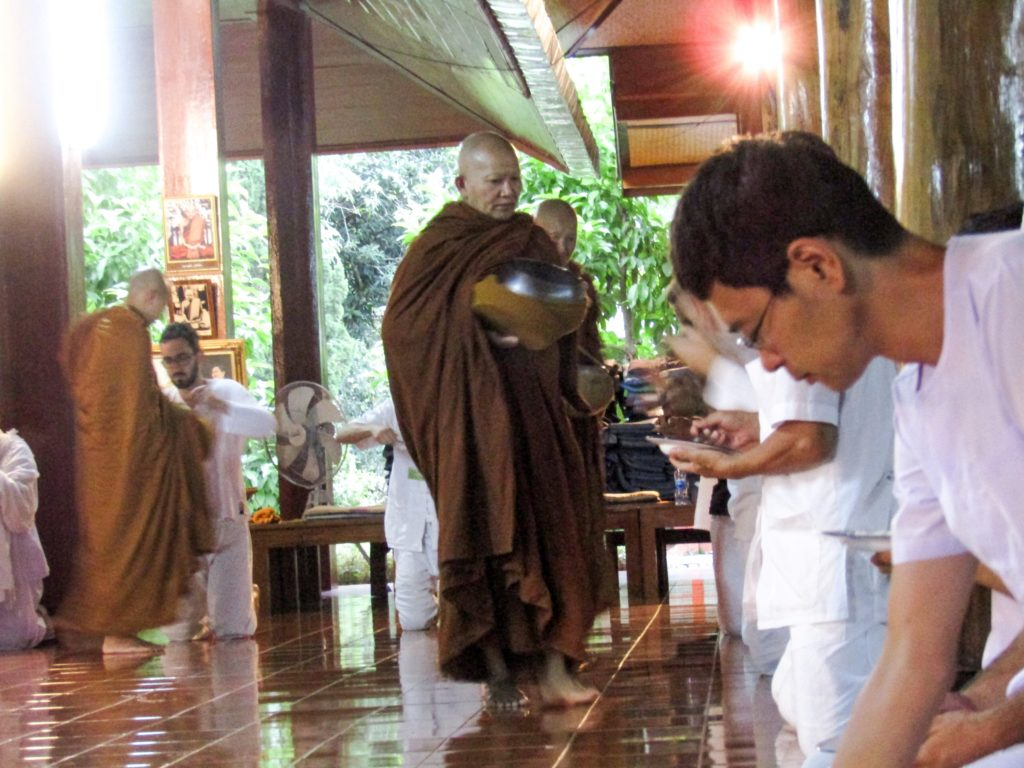 Wat Pa Tam Wua Mönche Reis geben