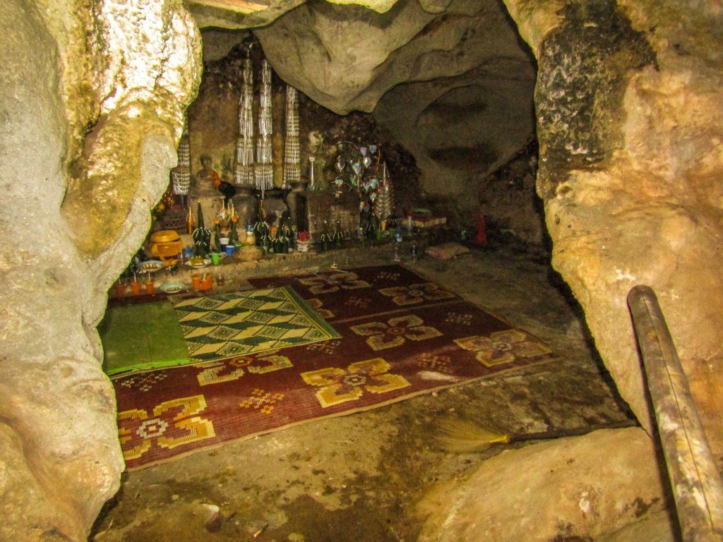 Thakhek loop Xhang Höhle Altar