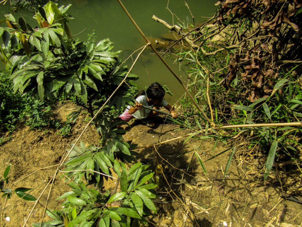 Thakhek loop Mädchen Spaten Boden