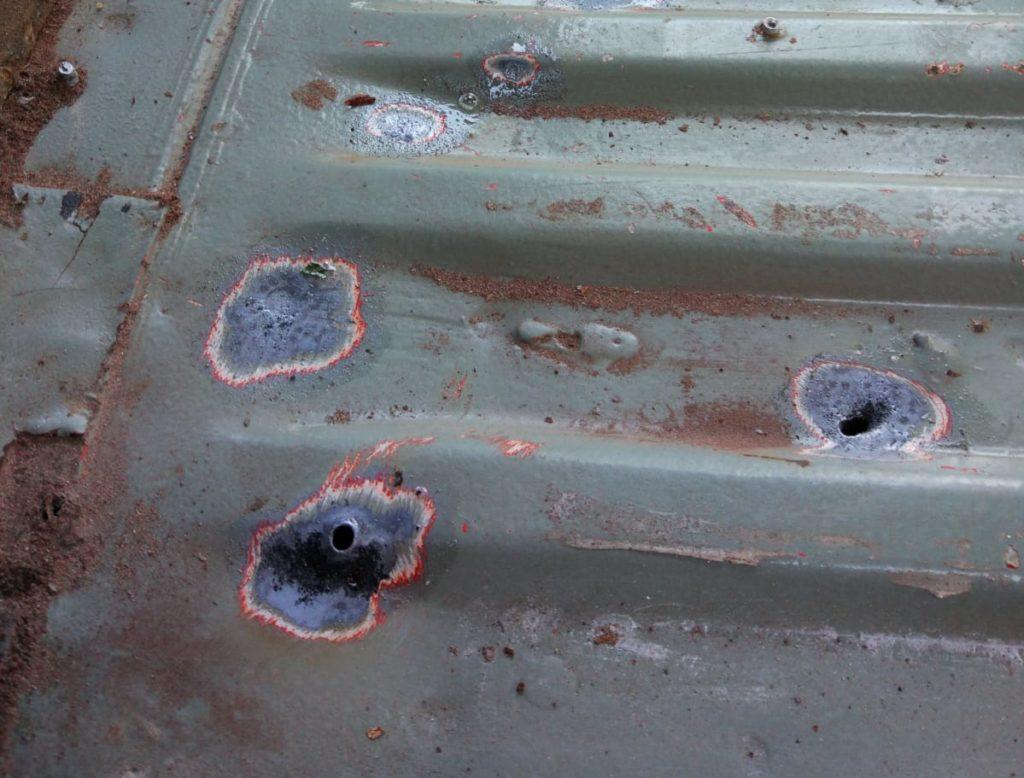 Rost entfernen Drahtbürste Restauration des Basisfahrzeugs zum Camper Ausbau