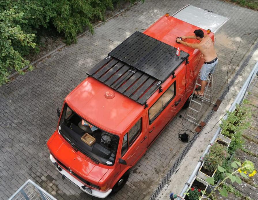 Feuerwehrauto mit demontiertem Blaulicht